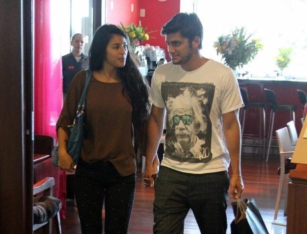 17.abr.2013 - Bruno Gissoni e a namorada Yanna Lavigne aproveitaram a tarde desta quarta-feira para passear no shopping. Os dois namoram desde o início do ano.