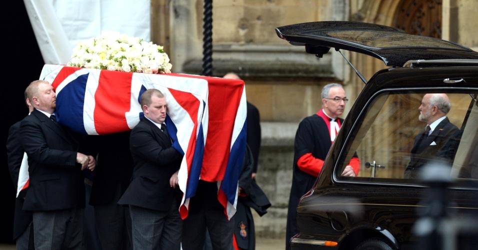 17.abr.2013 - Carregadores retiram o caixão de Margaret Thatcher da cripta da capela de Santa Maria, no parlamento inglês, em Londres. De lá, ela seguirá em procissão à catedral de São Paulo, onde será velada