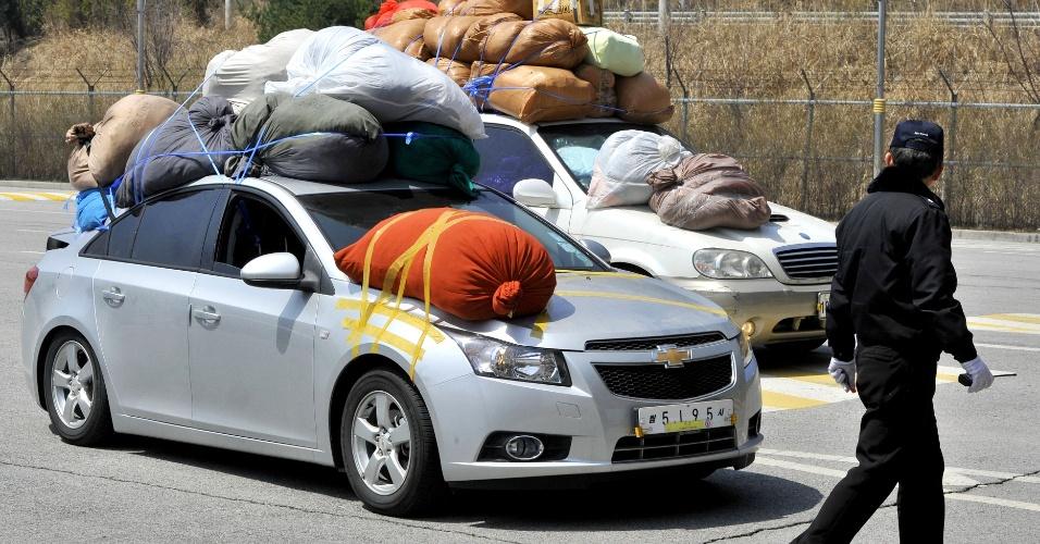17.abr.2013 - Carros conduzidos por sul-coreanos cruzam a fronteira em direção à Coreia do Sul carregados de roupas fabricadas no complexo industrial de Kaesong, tocado em parceria com a Coreia do Norte em solo norte-coreano. Pyongyang ignorou o pedido feito nesta quarta-feira (17), pelo vizinho do sul, para que permitisse o acesso de executivos ao complexo, para levarem comida a trabalhadores e checarem suas condições