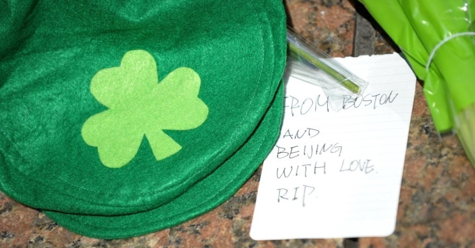 17.abr.2013 - Imagem do bilhete deixado por estudante em local na Universidade de Boston em memória de Lu Lingzi, chinesa de 23 anos que é uma das vítimas dos atentados que mataram três pessoas durante a Maratona de Boston (EUA). Lingzi era estudante de estatística
