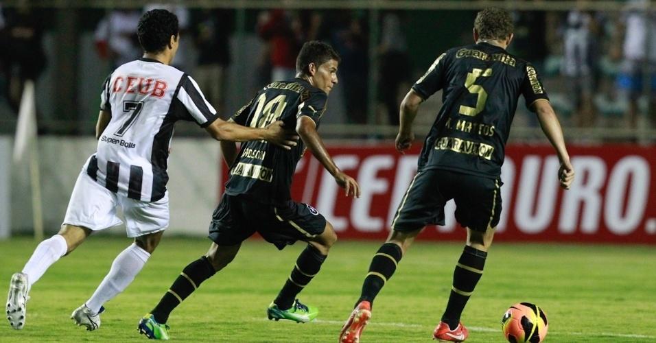 17.abr.2013 - Jadson e Marcelo Mattos protegem a bola na partida entre Botafogo e Sobradinho-DF pela Libertadores