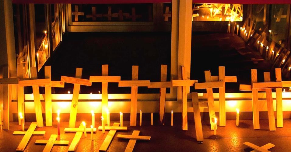 17.abr.2013 - Manifestantes deixam velas e cruzes em frente ao Palácio da Justiça de Porto Alegre, em homenagem às vitimas do massacre que deixou 19 sem terra mortos, na cidade de Eldorado dos Carajás, no Pará. A vigília foi realizada para lembrar os 17 anos, completados nesta quarta-feira (17), da série de assassinatos. Durante o protesto, os manifestantes cantaram em memória dos falecidos