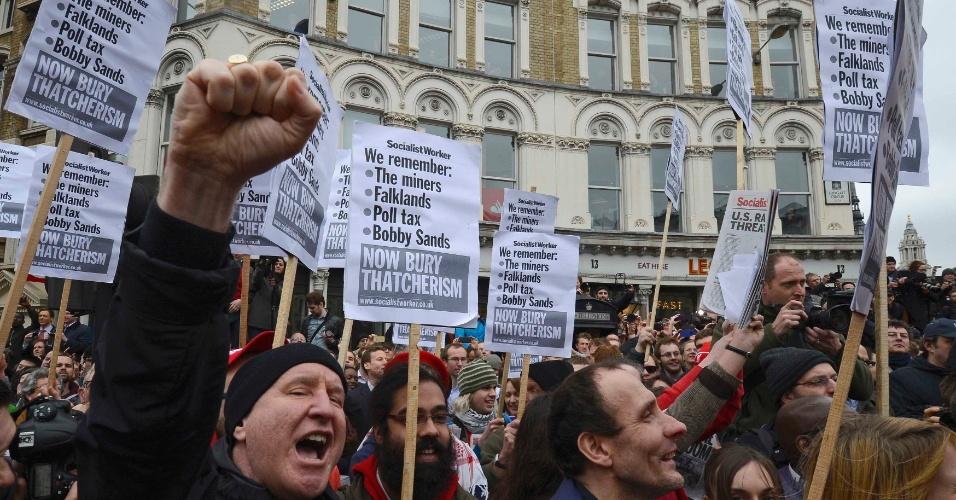 17.abr.2013 - Manifestantes protestam durante passagem de cortejo fúnebre da ex-primeira-ministra britânica, Margaret Thatcher, em Londres, nesta quarta-feira (17)