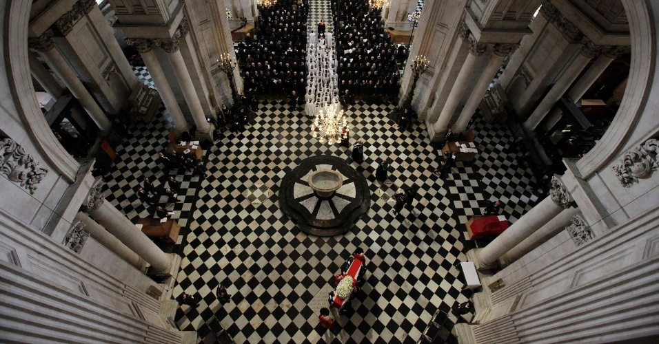17.abr.2013 - O caixão da ex-primeira-ministra britânica Margaret Thatcher chega na catedral de St. Paul, em Londres, nesta quarta-feira (17), durante velório com honras militares