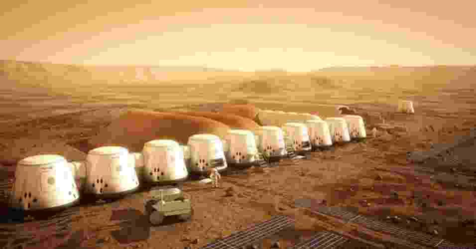 17.abr.2013 - O holandês Bas Lansdorp, fundador da empresa Mars One, informou que abrirá em breve as inscrições para os voluntários que desejam colonizar Marte - a primeira equipe de astronautas deverá chegar em 2023. Todo o processo (a seleção dos candidatos, a viagem, e o cotidiano no planeta vermelho) será transmitido em um programa de TV, como em um reality show. O intrigante do Mars One é que a passagem será apenas de ida, pois será quase impossível para os astronautas se reajustarem à gravidade da Terra depois de viver no campo gravitacional bem mais fraco de Marte, afirma Lansdorp. Além disso, os colonos terão de enfrentar uma viagem longa, de sete a oito meses, que os fará perder massa óssea e muscular - Mars One