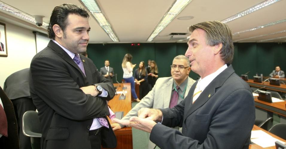 17.abr.2013 - O presidente da Comisso de Direitos Humanos da Câmara, deputado Marco Feliciano (à esq.), conversa com o deputado Jair Bolsonaro (PP-RJ), durante sessão da comissão nesta quarta-feira (17)