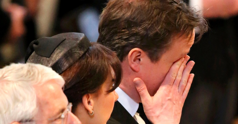 17.abr.2013 - O primeiro-ministro britânico, David Cameron, enxuga os olhos durante o funeral da ex-primeira-ministra britânica na catedral de St. Paul, nesta quarta-feira (17)