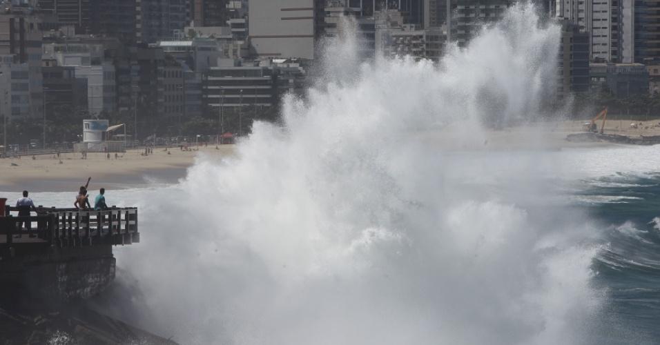 17.abr.2013 - Onda cobre o mirante do Leblon, na zona sul do Rio de Janeiro, nesta quarta-feira (17). Um ciclone extratropical que se desloca pela costa causa ventos fortes sobre o oceano e deixa o mar agitado. A ventania deve atingir velocidade acima dos 60 km/h. Em uma alerta de mau tempo emitido pela Marinha, a previsão de altura das ondas varia de 3 a 3,5 metros. De acordo com os meteorologistas, esta será a primeira grande ressaca do ano no litoral da região sudeste, já que as fortes ondas também devem atingir o litoral paulista