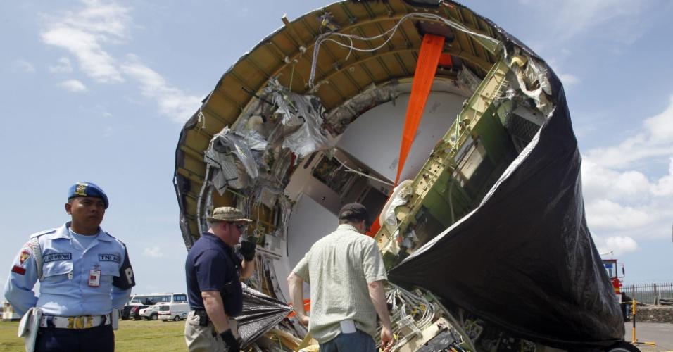 17.abr.2013 - Parte do Lion Air Boeing 737 é retirada do mar quatro dias após cair ao tentar pousar no Aeroporto Internacional de Bali, na Indonésia. O acidente deixou dezenas de feridos