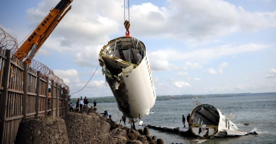 17.abr.2013 - Parte do Lion Air Boeing 737 é retirado do mar quatro dias após cair ao tentar pousar no Aeroporto Internacional de Bali, na Indonésia. O acidente deixou dezenas de feridos