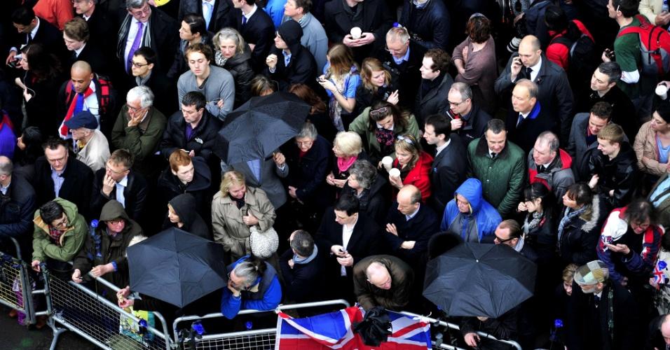 17.abr.2013 - Pessoas se reúnem em frente à catedral de São Paulo, em Londres, para prestar as últimas homenagens à ex-primeira-ministra britânica Margaret Thatcher. O funeral da chamada Dama de Ferro conta com segurança reforçada e a presença de líderes de 170 países