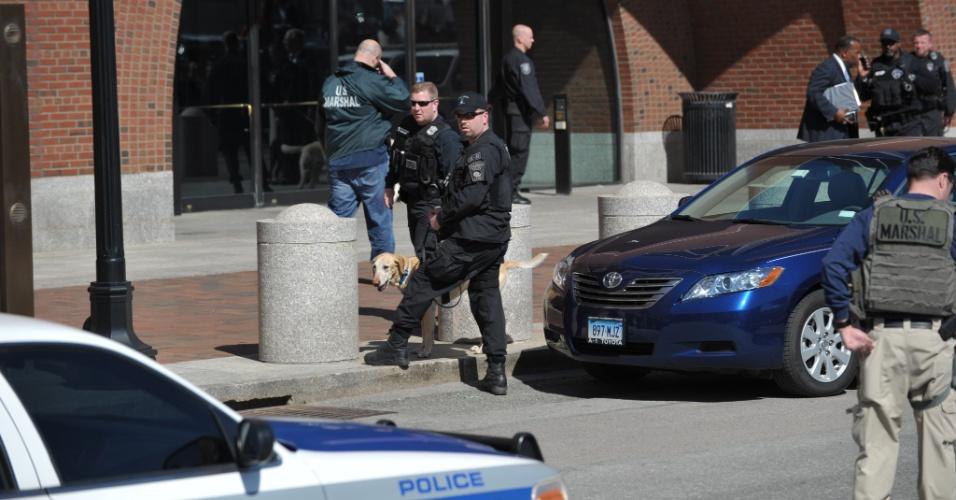 17.abr.2013 - Policiais patrulham a área do prédio do tribunal federal de Boston. Autoridades de segurança determinaram nesta quarta-feira (17) que funcionários, procuradores e a mídia deixassem o prédio da corte