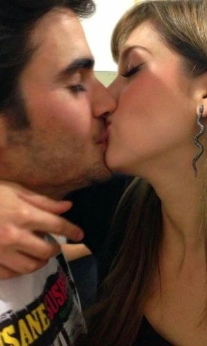"""17.abr.2013 - Sophia Abrahão divulgou uma imagem onde aparece beijando Fiuk. O casal que até então tinha optado por manter o namoro em segredo, resolveu abrir o jogo para seus fãs. """"Eu sei, não posso esconder, e para quebrar esse silêncio vou dizer:' Você não sai do meu pensamento'"""", escreveu a atriz"""