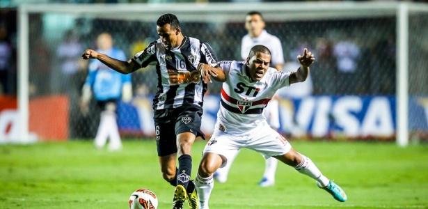 Thiago Carleto foi expulso no duelo do São Paulo contra o Atlético-MG em 2013 e pegou 4 jogos: cumpriu 2