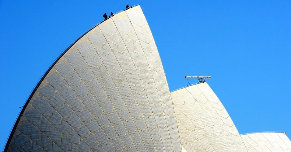 17.abr.2013 - Trabalhadores instalam luzes no topo das 'velas' da Sydney Opera House - inspirada no formato de um barco a vela - em preparação para o festival Vivid, que começa em 24 de maio