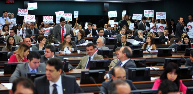Um grupo de cerca de 50 pessoas protestou na manhã desta quarta-feira (17) dentro da sala onde acontece a sessão da CCJ (Comissão de Constituição, Justiça e Cidadania) da Câmara dos Deputados. Eles pedem a saída dos deputados José Genoino (PT-SP) e João Paulo Cunha (PT-SP) da comissão - Zeca Ribeiro/Câmara dos Deputados