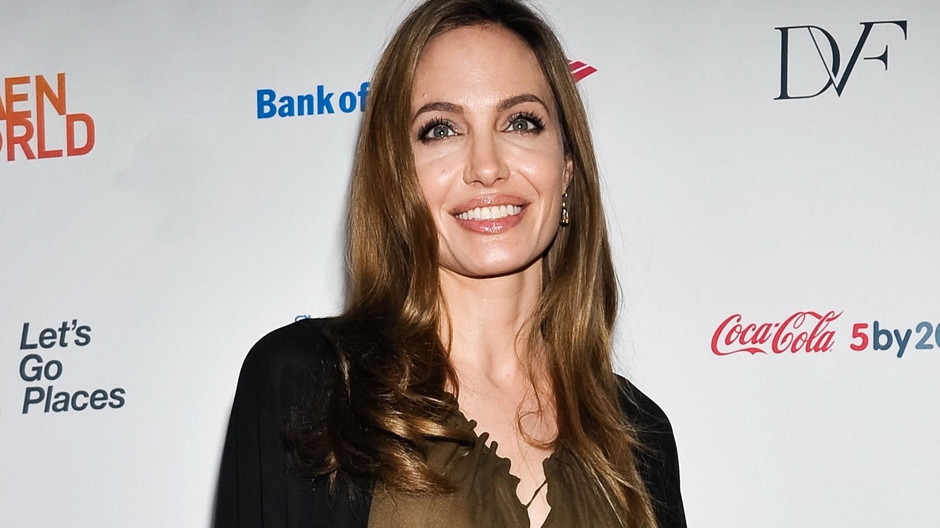 5.abr.2013 - Angelina Jolie prestigia o prêmio