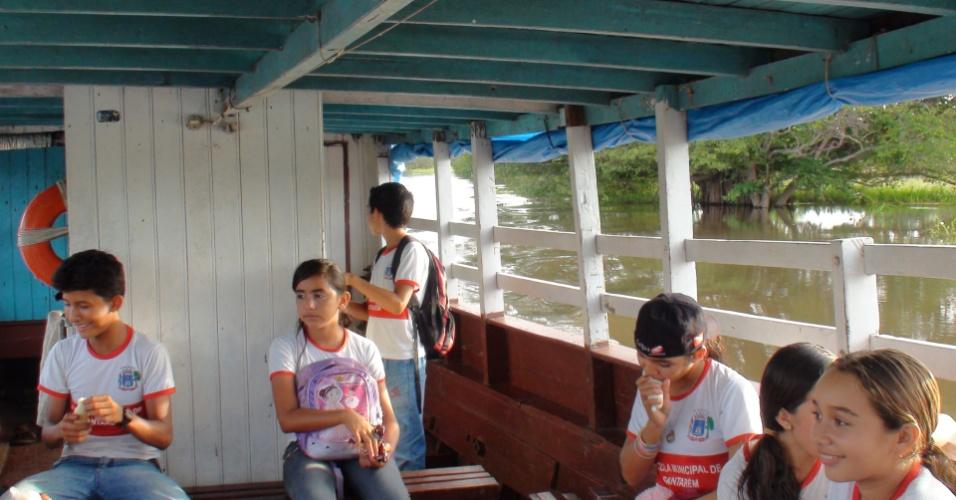 Barco de transporte escolar em Santarém na comunidade de Arapixuna