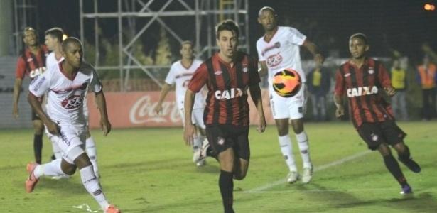 Elias (centro), do Atlético-PR, disputa jogada na vitória sobre o Brasil-RS (17/04/2013)
