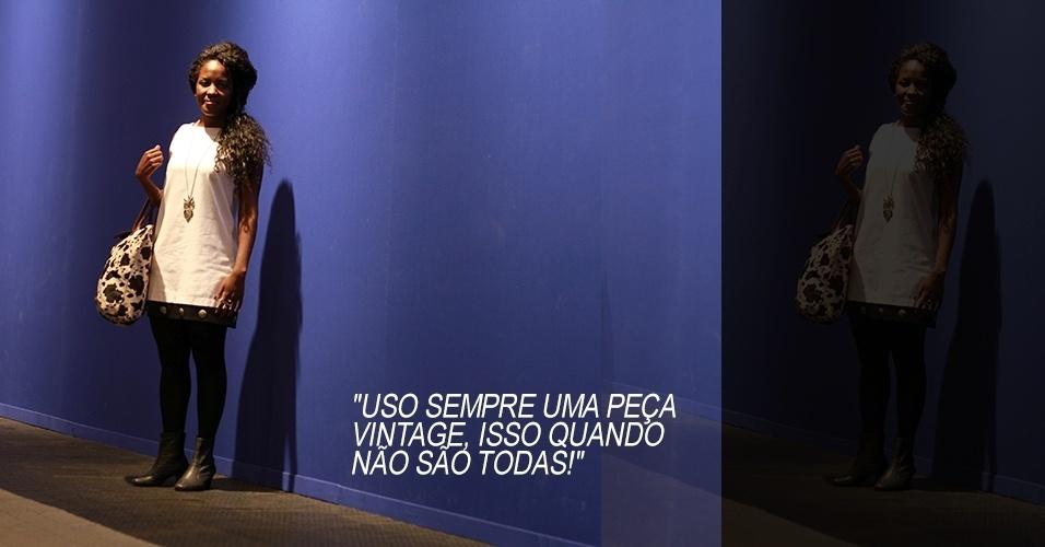 16 abr. 2013 - Géssica Marinho, 23, estudante de moda, usa vestido vintage, meias Lupo e bota feita sob medida. A bolsa e o colar foram comprados em uma feirinha