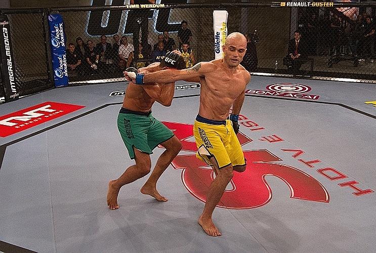 Juliano Ninja tenta um soco rodado durante sua derrota para Léo Santos no TUF Brasil 2
