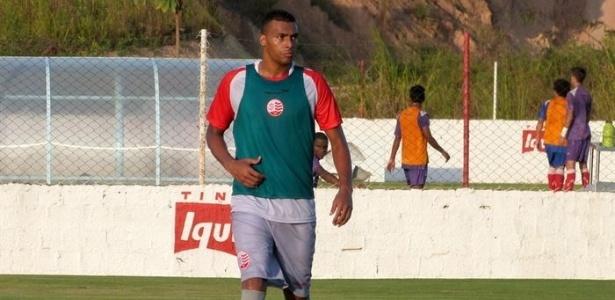 O atacante Élton participa de um treino do Náutico no CT Wilson Campos