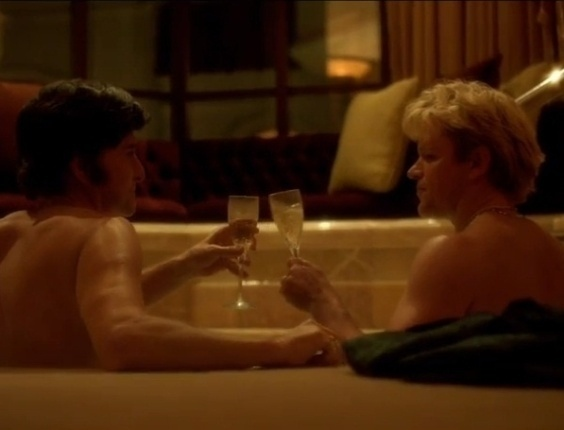 Os atores Matt Damon e Michael Douglas aparecem juntos em banheira no filme