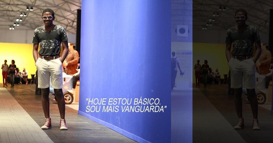 17 abr. 2013 - Caio César, 20, estudante de moda, veste camiseta customizada por ele, cinto e bermuda Riachuelo e tênis Coca-Cola Clothing. Os óculos são de brechó e foram customizados
