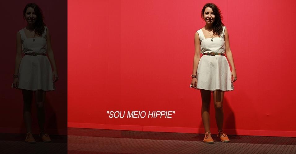 17 abr. 2013 - Fernanda Giacomacci, 19, estudante de moda, usa vestido feito por ela mesma com renda aplicada nas costas comprada em Maceió. O sapato é da Sonho dos Pés, os acessórios foram comprados em feirinhas e o cordão foi feito por um hippie