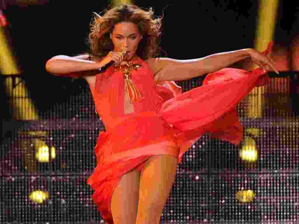"""17.abr.2013 - Beyoncé apresentou novos figurinos nos primeiros dois shows da nova turnê """"The Mrs. Carter Show"""", que marca sua volta aos grandes shows após ser mãe. A cantora faz show no Brasil em setembro - Divulgação"""
