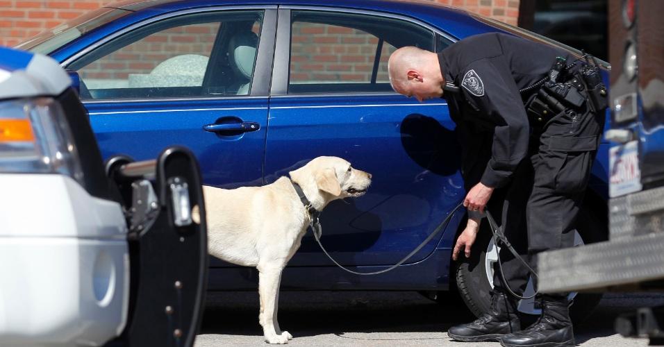 17.abr.2013 - Cão farejador é trazido ao redor do perímetro do edifício da corte federal Joseph Moakley, em Boston, Massachusetts (EUA), para inspecionar carros durante ameaça de bomba