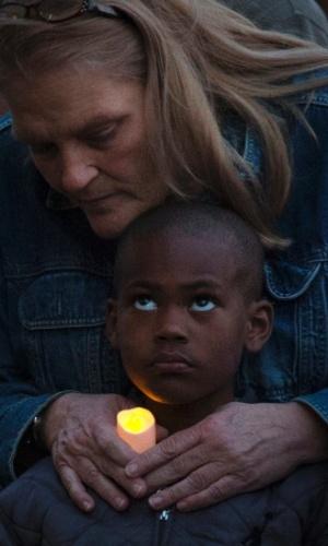17.abr.2013 - Mulher abraça garoto durante uma vigília em Cambridge, Massachusetts (EUA), em memória das vítimas das explosões na Maratona de Boston, ocorridas na segunda-feira (15)