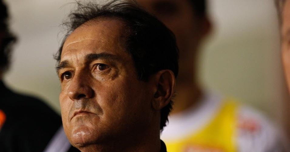 17.abr.2013 - Muricy Ramalho observa o duelo entre Santos e Flamengo-PI, pela Copa do Brasil
