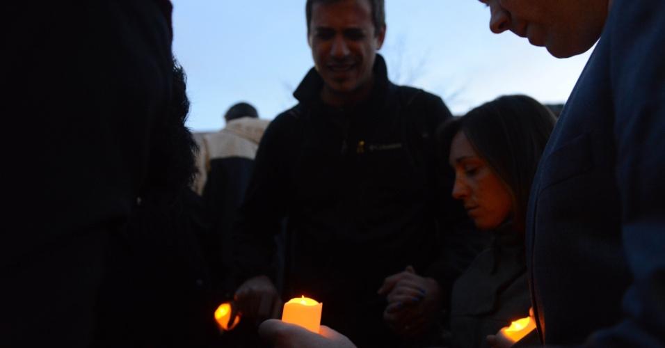 17.abr.2013 - Pessoas acendem velas e oram durante vigília em Cambridge, Massachusetts (EUA), em memória das vítimas das explosões na Maratona de Boston, ocorridas na segunda-feira (15)