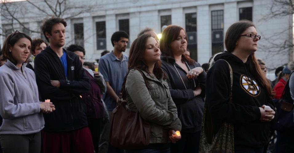 17.abr.2013 - Pessoas oram durante vigília em Cambridge, Massachusetts (EUA), em memória das vítimas das explosões na Maratona de Boston, ocorridas na segunda-feira (15)
