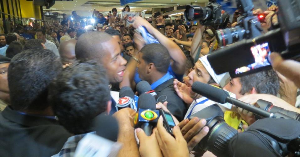 (18-4-2013) Zagueiro Dedé desembarca em Belo Horizonte e é recebido com festa por torcedores do Cruzeiro