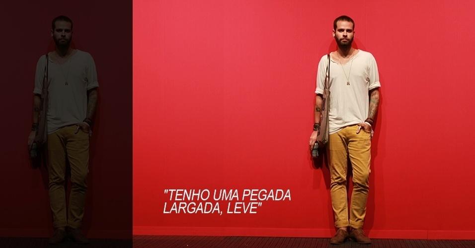 18 abr. 2013 - Jorge Filho, 29, estudante de arte e figurino, veste camiseta Colcci, calça e sapato Zara. A bolsa foi feita por ele
