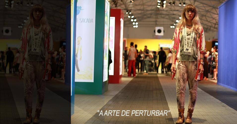 18 abr. 2013 - Marina Novelli, 26, diretora de arte, veste blusa de um camelô de Camden Town, em Londres, camisa comprada em uma feira, legging Topshop e bota Carola Batista. O colar é Filhas de Gandhi