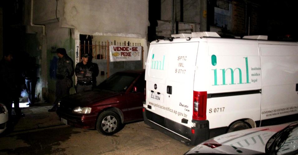 18.abr.2013 - Adolescente de 16 anos foi baleada e morta na rua Condessa Amália Matarazzo, no Jardim Peri, zona norte de São Paulo. Segundo a polícia, a jovem foi até a casa do namorado. Lá, um amigo, também adolescente, simulava um assalto com uma arma nas mãos quando o revólver disparou, atingindo a menina que morreu na hora. O suspeito de ter atirado fugiu do local