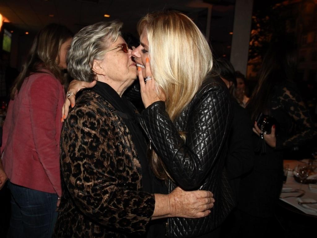 18.abr.2013 - Adriane Galisteu dá selinho na mãe, dona Emma, na comemoração de se aniversário de 40 anos em restaurante em SP
