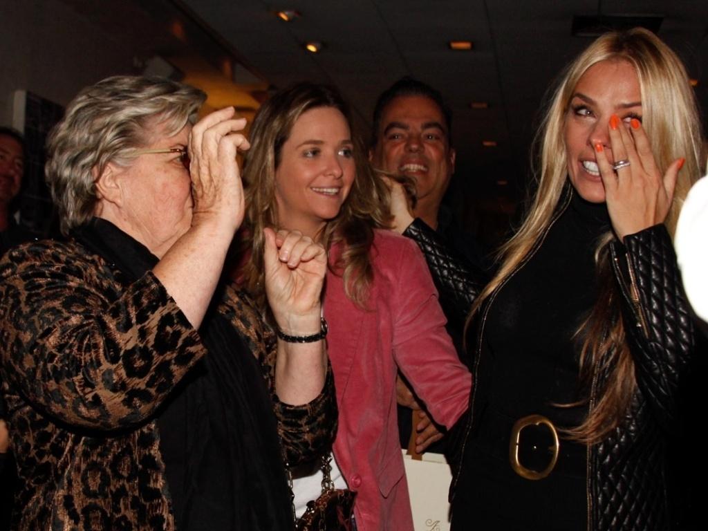 18.abr.2013 - Ao lado da mãe, dona Emma, Adriane Galisteu emociona-se em restaurante onde comemorou seus 40 anos, em SP