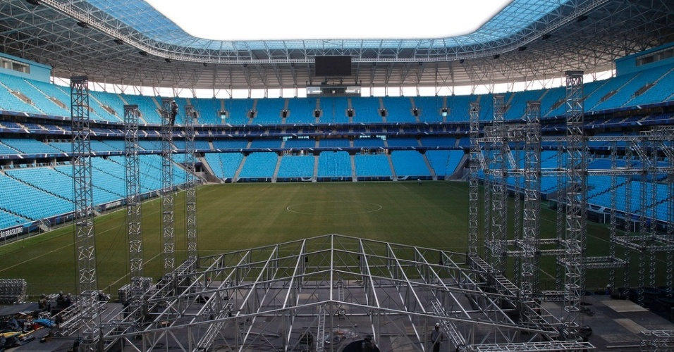 18.Abr.2013 - Arena do Grêmio recebe estruturas do palco para show de Roberto Carlos