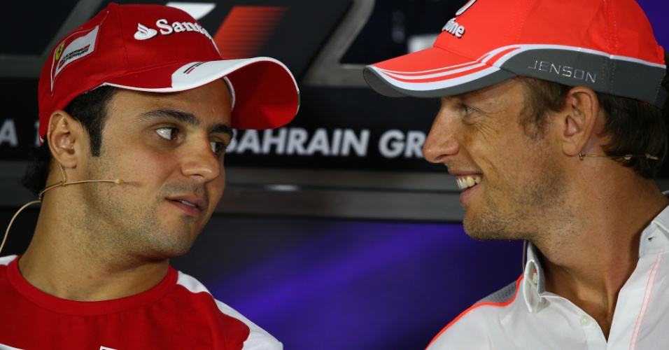 18.abr.2013 - Felipe Massa conversa com Jenson Button durante coletiva do GP do Bahrein