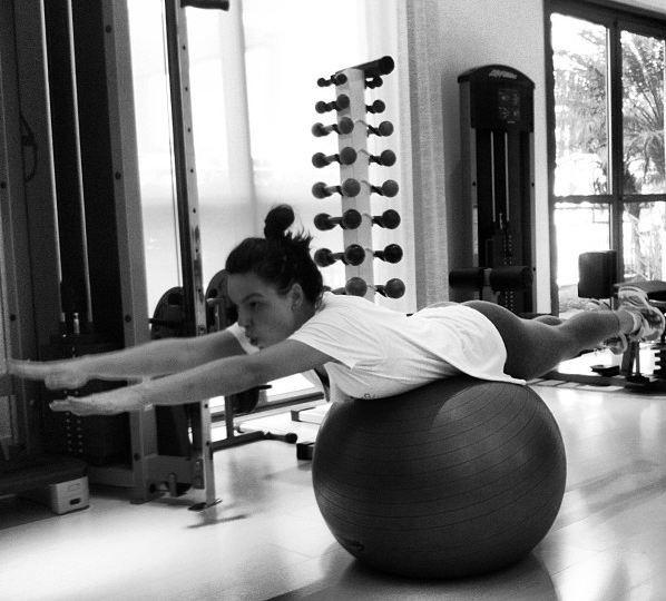 18.abr.2013 - Isis Valverde faz aula de pilates