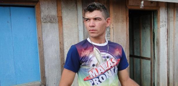 O auxiliar de serviços gerais Carlos Junior Briere de Almeida, 22, em sua casa, em Monte Negro (RO)