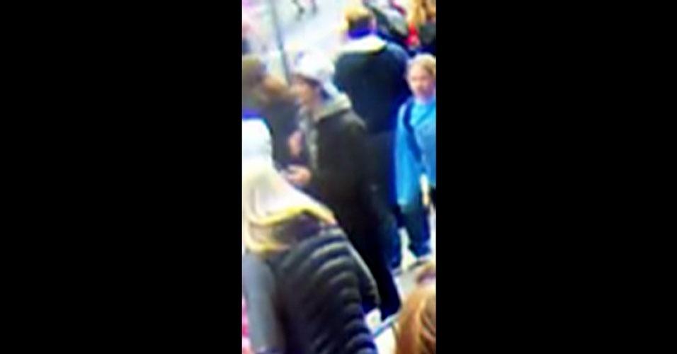18.abr.2013 - O FBI (polícia federal dos Estados Unidos) divulgou nesta quinta-feira (18) a imagem de dois suspeitos de terem participado do atentado a bomba que matou três pessoas e deixou dezenas feridas na Maratona de Boston