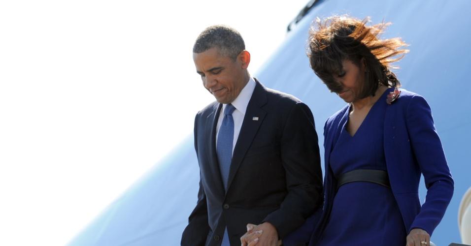 18.abr.2013 - O presidente dos Estados Unidos, Barack Obama, e a primeira-dama, Michelle Obama, desembarcam no Aeroporto Internacional de Logan, em Boston, para participar de um ato ecumênico em memória das vítimas do atentado ocorrido durante a maratona da cidade na última segunda-feira (15)