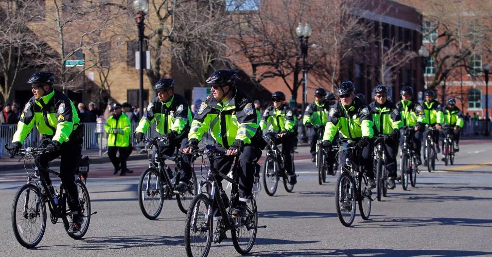 18.abr.2013 - Policiais de Boston usam bicicletas para patrulhar o exterior da Catedral de Santa Cruz, em Boston, onde o presidente Barack Obama participa de um ato ecumênico em memória das vítimas do atentado ocorrido durante a maratona da cidade na segunda-feira (15)