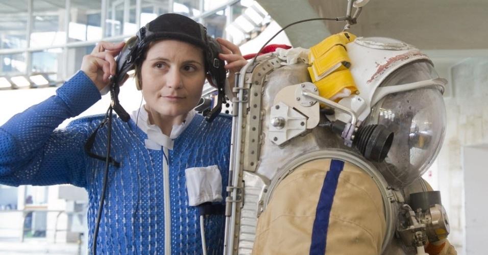 18.abr.2013 - Samantha Cristoforetti, astronauta da Agência Espacial Europeia (ESA, na sigla em inglês), se prepara para um exercício com traje espacial dentro de uma piscina do centro de treinamento de Star City, na região de Moscou, capital da Rússia. A italiana é engenheira de voo da missão 42 da Estação Espacial Internacional (ISS, na sigla em inglês), prevista para começar em dezembro de 2014