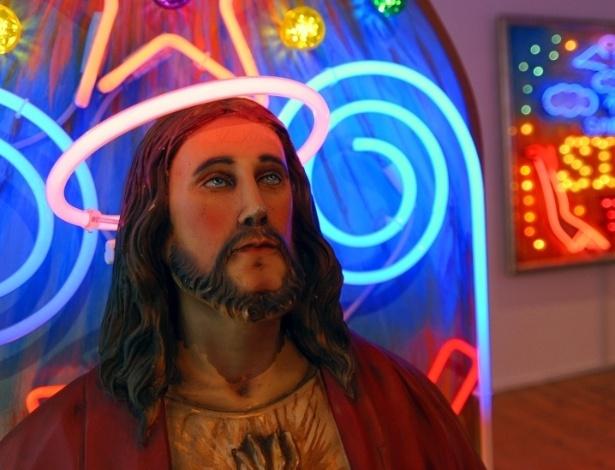 Bracey aprendeu a criar e fabricar luminosos de neon com seu pai, que fornecia os letreiros para parques de diversão e fliperamas - BBC